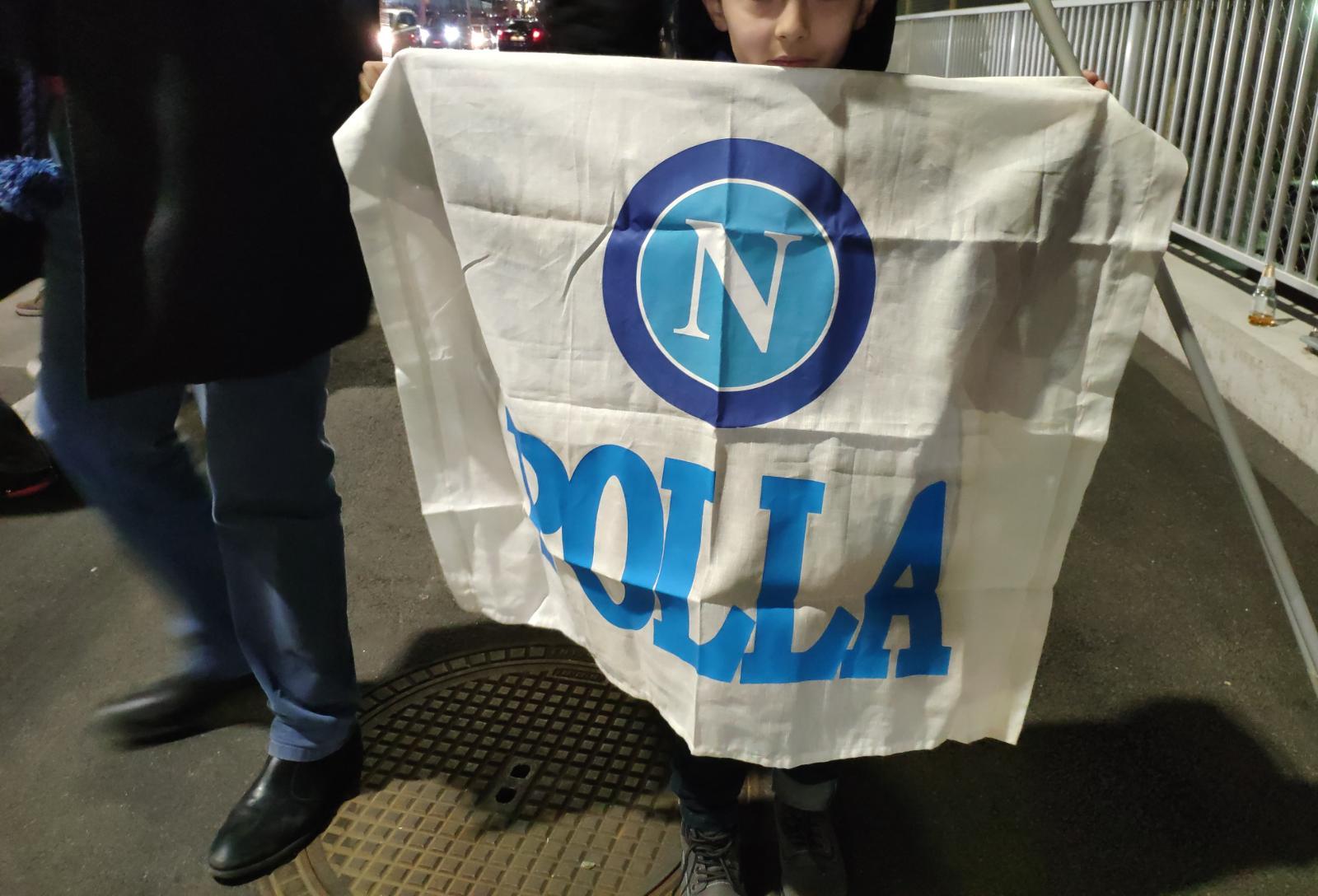 b0086a3c11 Davanti allo stadio sono decine i bus di tifosi che in fila aspettano di  entrare e vedere il loro Napoli.